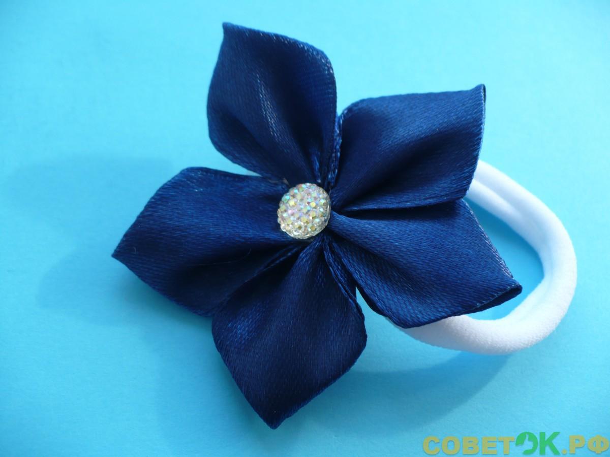 Как сделать резинку для волос «Канзаши» с красивым цветком из атласной ленты