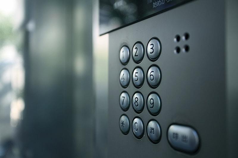 Как открыть домофон без ключа: коды открытия и другие способы